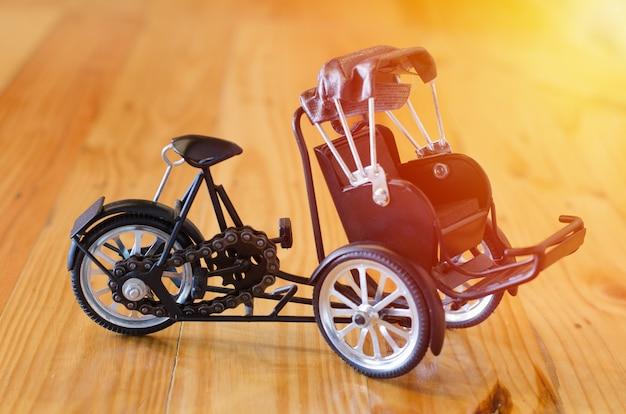 Kleine houten speelgoed, driewieler driewieler taxi model op houten achtergrond