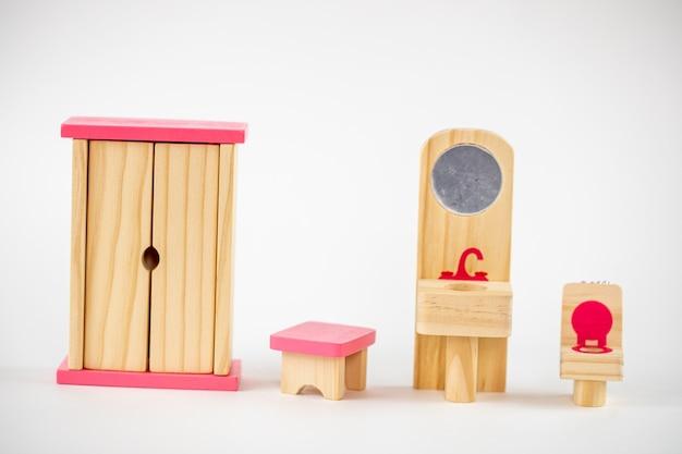 Kleine houten speelgoed meubels geïsoleerd. oude speelgoed stoel.
