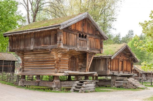 Kleine huizen in de berg van noorwegen.