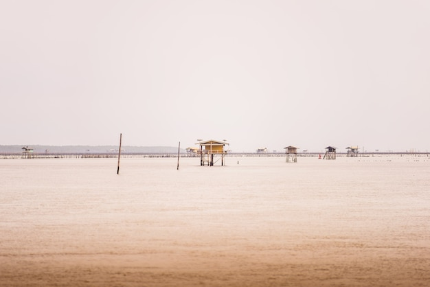 Kleine hut in de zee bij bang taboon, phetchaburi, thailand