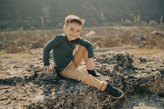 Kleine jonge blanke jongen in de natuur, jeugd
