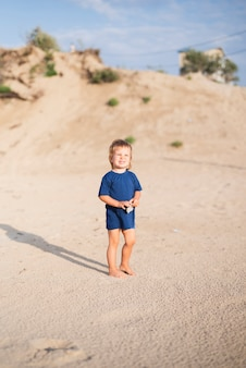 Kleine jongen aan zee wandelen op het strand