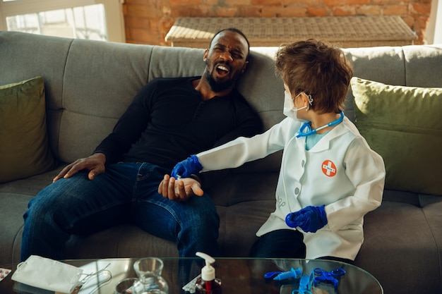 Kleine jongen als arts die patiënt raadpleegt