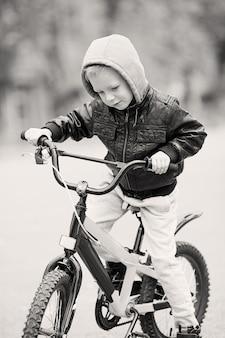 Kleine jongen buiten fietsen