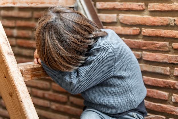 Kleine jongen buitenshuis boos