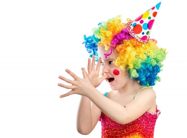 Kleine jongen clown toont iets grappig