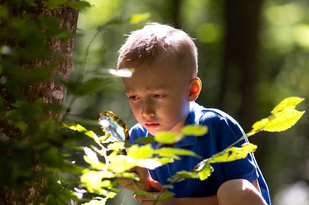 Kleine jongen die deelneemt aan een schattenjacht