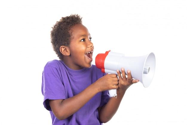 Kleine jongen die door een megafoon schreeuwt