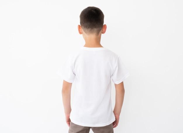 Kleine jongen die een leeg wit t-shirt draagt
