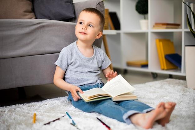 Kleine jongen die een nieuwe activiteit leert