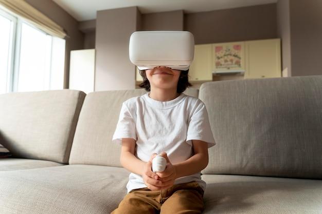 Kleine jongen die een virtual reality-spel speelt