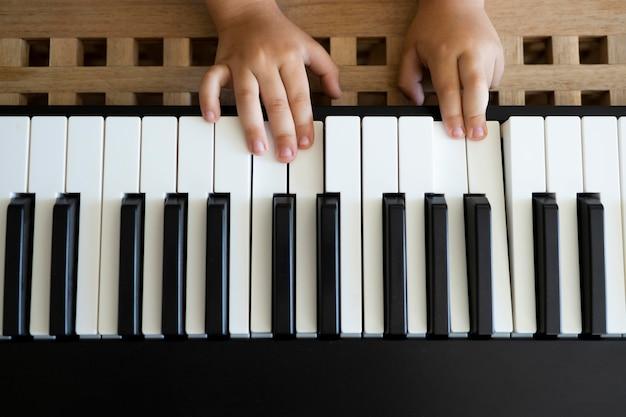 Kleine jongen die thuis keyboard speelt