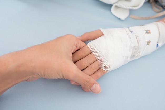 Kleine jongen die ziek wordt van een griep moet in het ziekenhuis worden opgenomen met een intraveneuze zoutoplossing