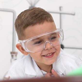 Kleine jongen doet een experiment op school