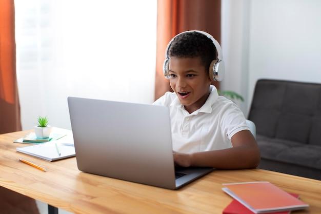 Kleine jongen doet online school Gratis Foto