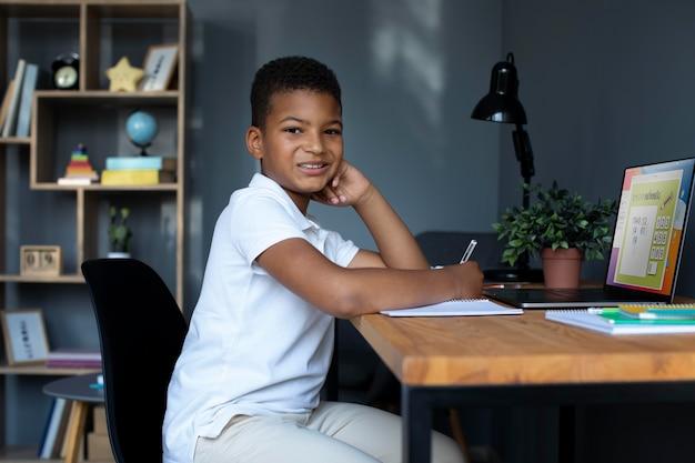 Kleine jongen doet online school