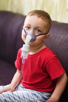 Kleine jongen doet therapeutische inhalatie