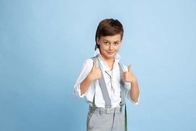 Kleine jongen droomt van toekomstig beroep van naaister