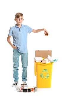 Kleine jongen en container met afval op witte achtergrond. concept van recycling