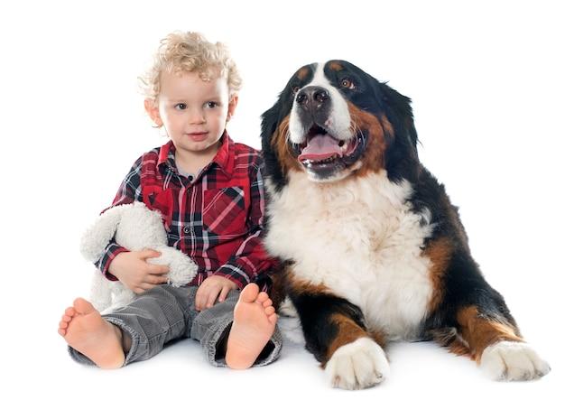 Kleine jongen en hond