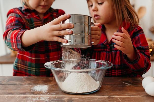 Kleine jongen en meisje samen koken op eerste kerstdag
