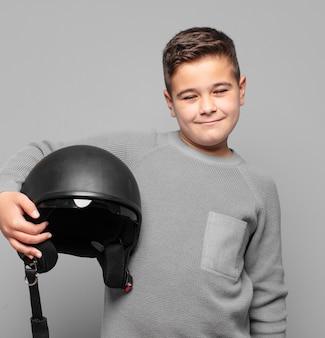 Kleine jongen gelukkige uitdrukking. motorhelm concept