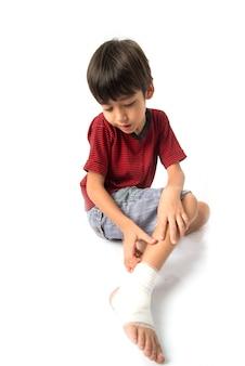 Kleine jongen heeft een ongeluk met zijn been nodig verband voor eerste hulp