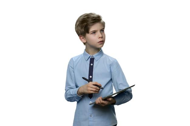 Kleine jongen in blauwe t-shirt met tablet en dromen over iets