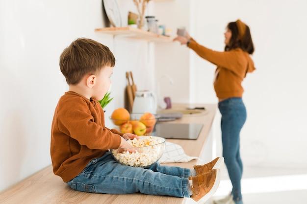Kleine jongen in de keuken