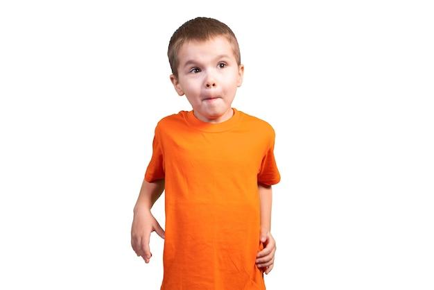 Kleine jongen in een lang t-shirt. geïsoleerd op witte achtergrond voor elk doel.