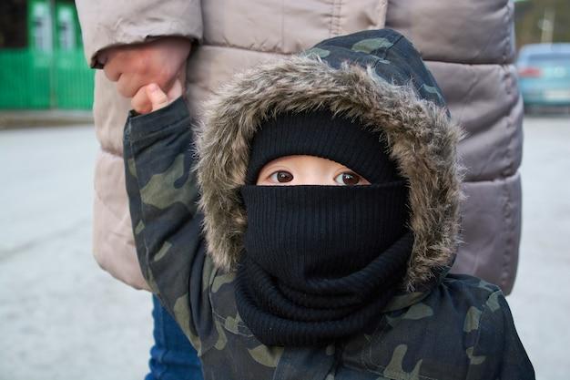 Kleine jongen in een medisch masker. quarantaine. covid19.