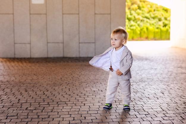 Kleine jongen in een mooi pak