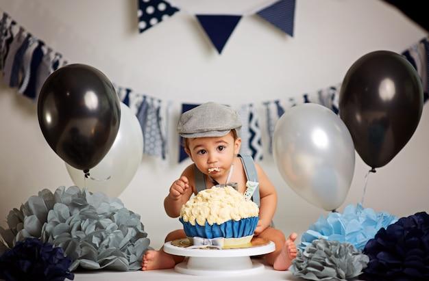 Kleine jongen in een verjaardagsfeestje