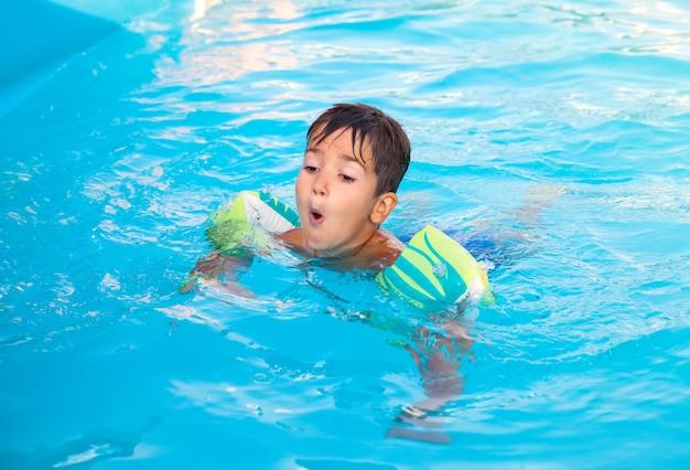Kleine jongen in het zwembad