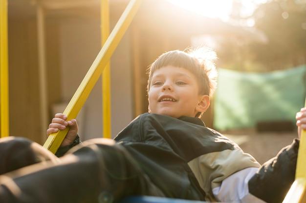 Kleine jongen in park spelen