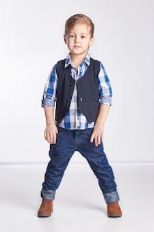 Kleine jongen in spijkerbroek.