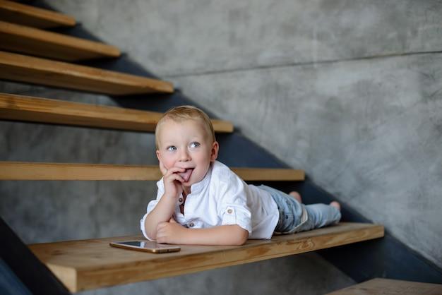 Kleine jongen in wit shirt en spijkerbroek