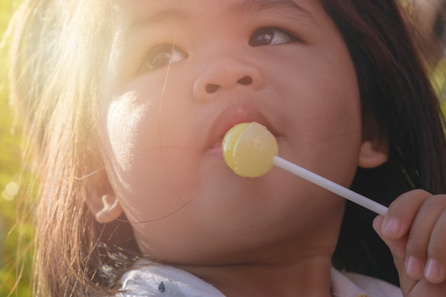 Kleine jongen is snoep aan het eten.