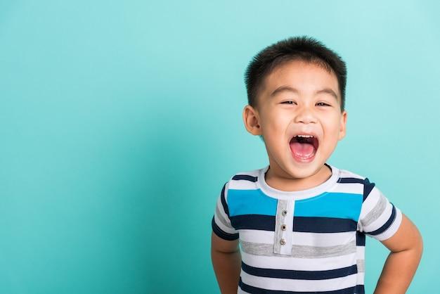 Kleine jongen jongen blij gezicht hij lacht glimlacht en op zoek naar camera