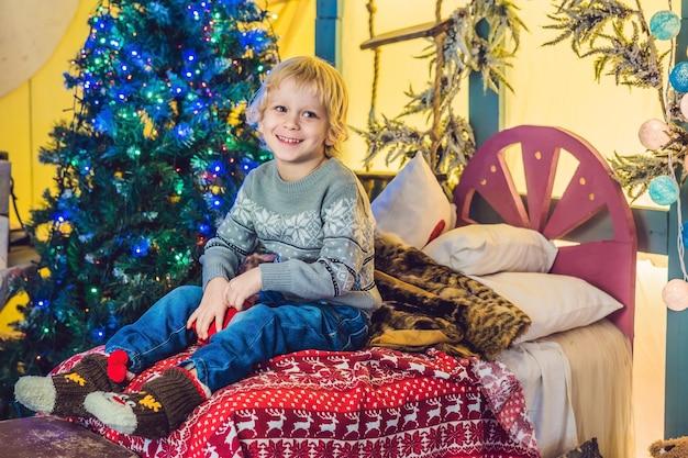 Kleine jongen klaar voor het nieuwe jaar en merry christmas vieren