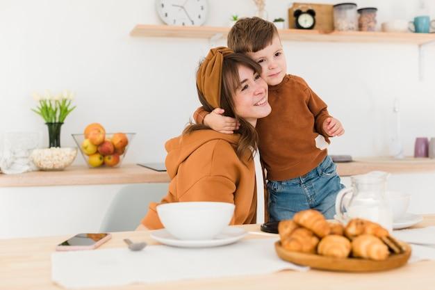 Kleine jongen knuffelen zijn moeder