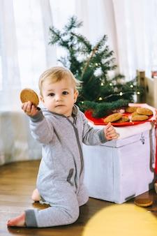 Kleine jongen koekjes met melk eten