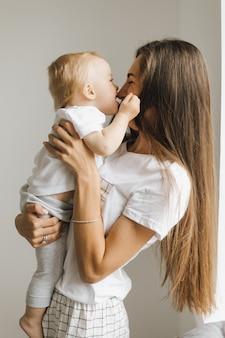 Kleine jongen kust zijn moeder