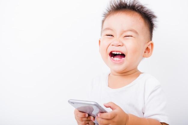 Kleine jongen lachen en houden een smartphone