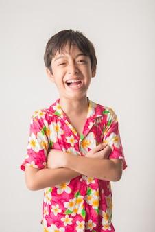 Kleine jongen lachend portret staan