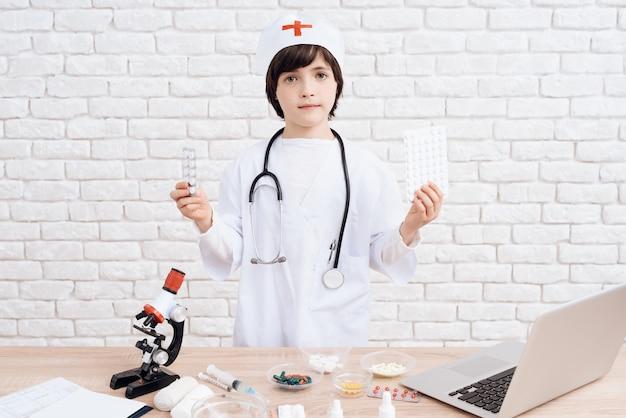 Kleine jongen leert het beroep van arts.