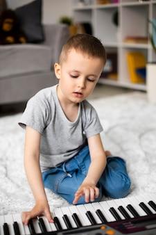 Kleine jongen leert piano spelen