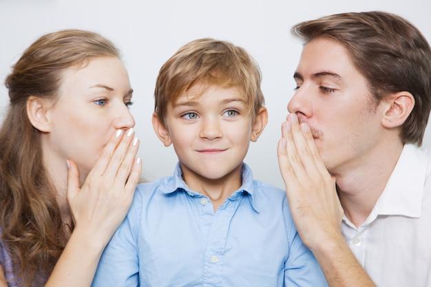 Kleine jongen liefde ouderschap man