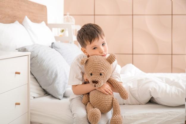 Kleine jongen lijdt aan slaapstoornis in slaapkamer