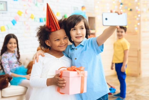 Kleine jongen maakt selfie met gelukkige verjaardag meisje
